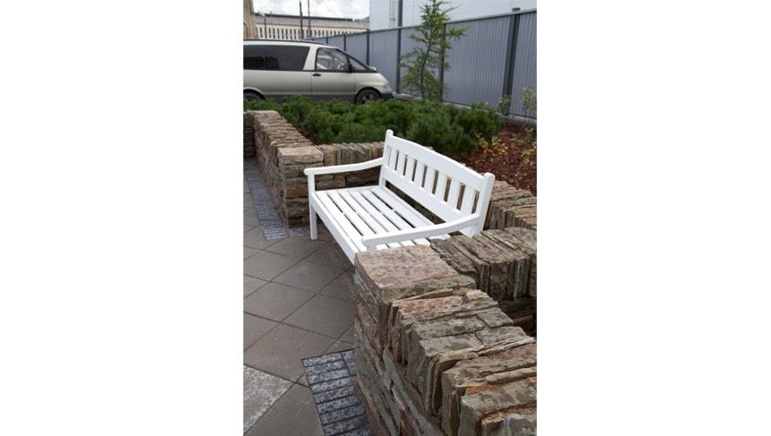 Мы использовали скамейки собственного производства. Как видно на этой фотографии, глубина сиденья несколько увеличена.