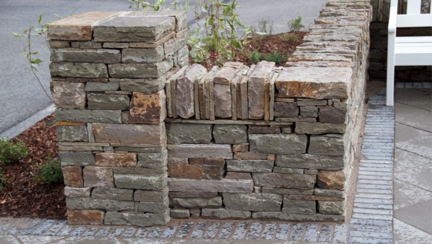 Каменные тумбы обозначают входы на площадку