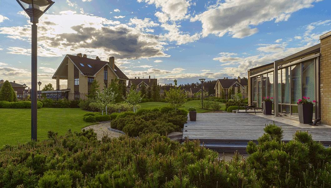 С деревянной террасы у дома, окаймленной невысокими горными соснами, открывается вид на покатые холмы. Здесь доступно как дневное, так и приятное вечернее солнце