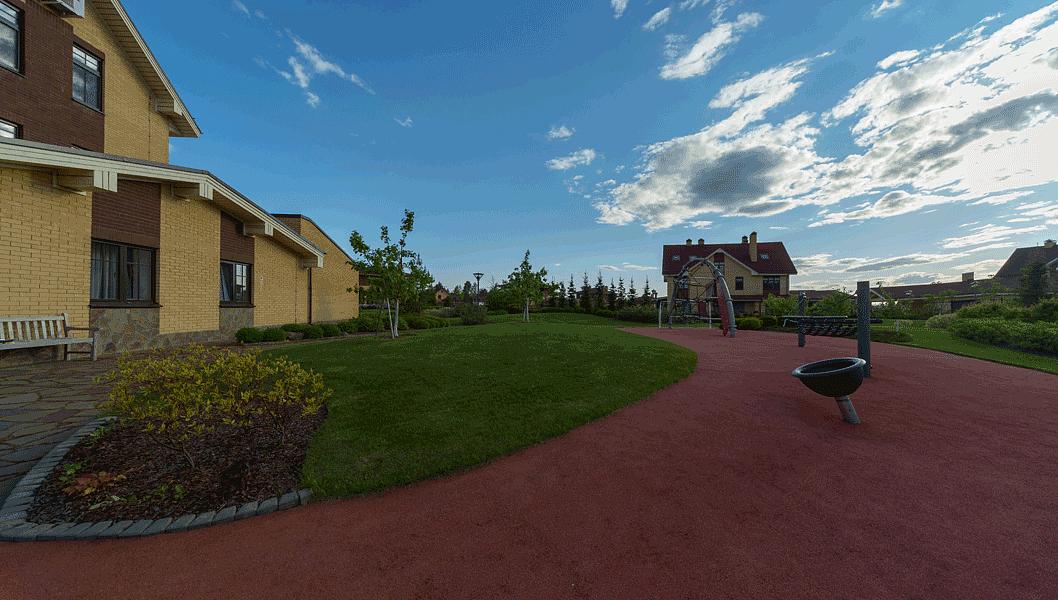 Детская площадка с каучуковым покрытием и оборудованием фирмы Kompan. Никаких безвкусных попугайских расцветок а-ля Ксил