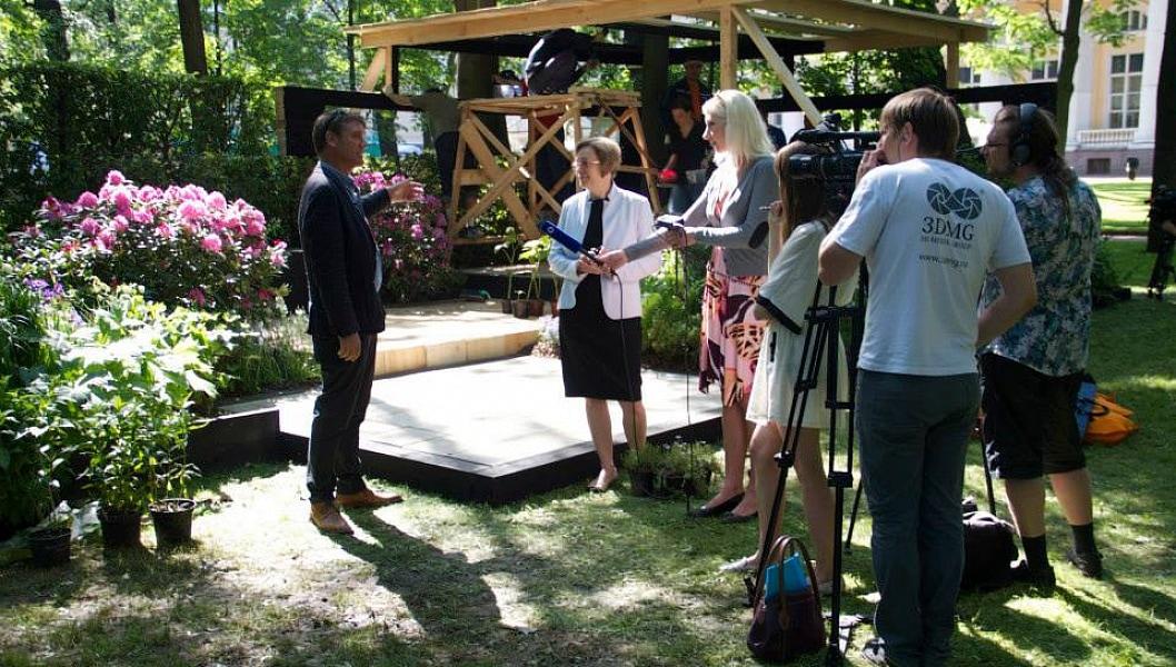 День открытия - еще наводятся последние штрихи, а у Энди уже берут первое интервью.