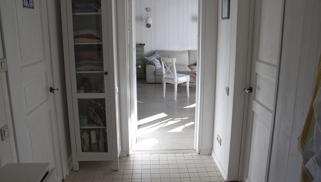 Вид из раздевалки сауны в гостиную