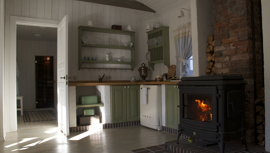 В гостиной есть небольшая кухня, а живой огонь в камине успокаивает.