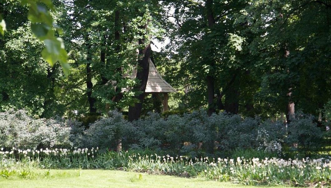 Беседка отлично вписалась в пейзаж Михайловского сада. Жаль, что ландшафтная композиция на выставке была временной.