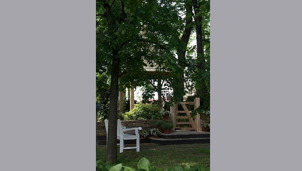 Удачное расположение в Михайловском саду среди деревьев задает правильный масштаб композиции.