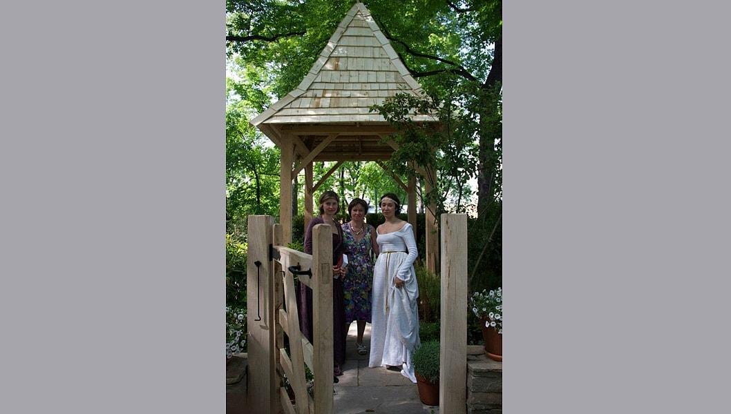 Авторы проекта. Екатерина одета в платье Викторианского периода, но не мейнстримовское (с рюшечками), а в стиле прерафаэлитов, отсылающее к средневековой эстетике, более простой и надежной.